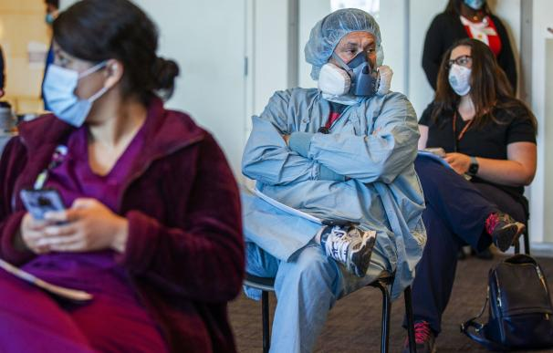18 December 2020, US, Redlands: Frontline workers wait the 15 minutes after getting Pfizer/BioNTech coronavirus (COVID-19) vaccine at Redlands Community Hospital. Photo: Terry Pierson/Orange County Register via ZUMA/dpa Terry Pierson / Orange County Regi / DPA (Foto de ARCHIVO) 18/12/2020 ONLY FOR USE IN SPAIN