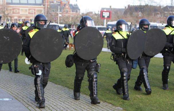 Antidisturbios en Ámsterdam durante una protesta contra el confinamiento.
