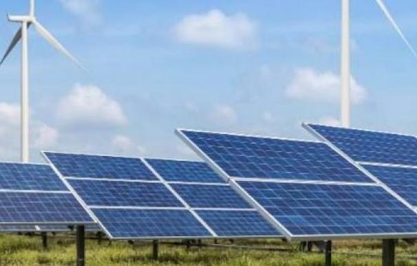 Imagen de placas solares y energía eólica