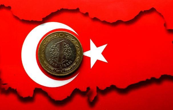 Seísmo en la lira tras fulminar Erdogan al gobernador del banco central turco