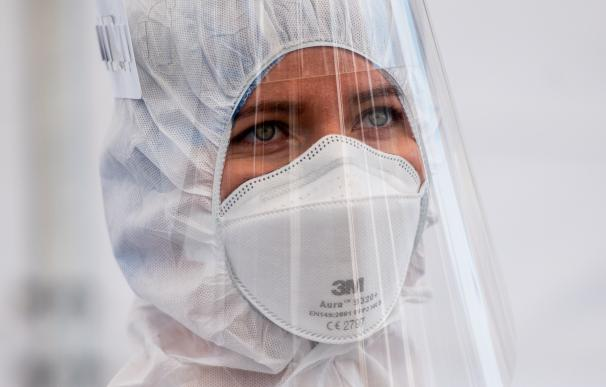 27 April 2020, Poland, Gdansk: A medic wearing a face shield and a coverall suit is seen at a Coronavirus (COVID-19) drive-thru testing centre near the Energa stadium. Photo: Mateusz Slodkowski/ZUMA Wire/dpa (Foto de ARCHIVO) 27/4/2020 ONLY FOR USE IN SPAIN
