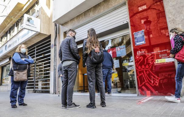 Varias personas con cita previa esperan para entrar en una oficina del SEPE (antiguo INEM), en Valencia, Comunidad Valenciana (España), a 12 de febrero de 2021. El número de parados registrados en las oficinas de empleo en la Comunitat Valenciana subió en 10.094 personas en enero, lo que supone un 2,3% más que en diciembre de 2020, más que el repunte medio del 1,9%. Además, hubo 81.233 parados menos en la Comunitat, un 22,16% más en relación con enero de 2020. 12 FEBRERO 2021;CITA PREVIA;VALENCIA;PARO;EMPLEO;DESEMPLEO;INEM Rober Solsona / Europa Press (Foto de ARCHIVO) 12/2/2021