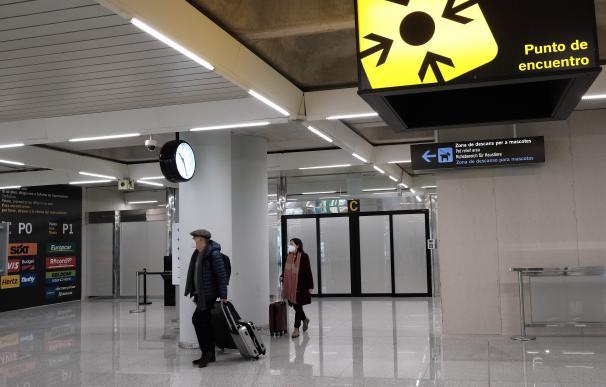 Dos personas en el aeropuerto de Palma de Mallorca (Islas Baleares), a 20 de diciembre de 2020. A partir de este domingo, los turistas nacionales que se desplacen a Baleares procedentes de la Península deberán presentar una PCR negativa realizada en origen 72 horas antes de llegar a la comunidad autónoma. Si no se trae, se deberán someter a su llegada a un test de antígenos y se enfrentarán a una sanción más el coste de la prueba. 20 DICIEMBRE 2020;PCR;CORONAVIRUS;TEST;DISPOSITIVO;ANTÍGENOS;SALUD;COVID-19;ISLAS BALEARES;AEROPUERTO;VIAJES;VACACIONES Isaac Buj / Europa Press (Foto de ARCHIVO) 20/12/2020