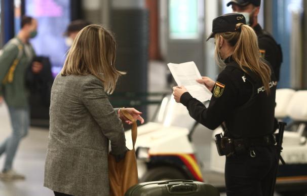 Agentes de la Policía Nacional piden justificantes durante controles de movilidad en la estación de tren de Atocha.