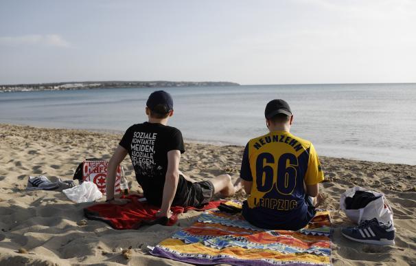 Dos turistas alemanes descansan en una playa de Palma de Mallorca durante este fin de semana.