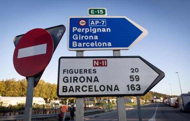 Indicación de la AP-7 en dirección Perpignan, Girona y Barcelona y de la N-II en dirección Figueres, Girona y Barcelona DAVID ZORRAKINO - EUROPA PRESS (Foto de ARCHIVO) 12/11/2019