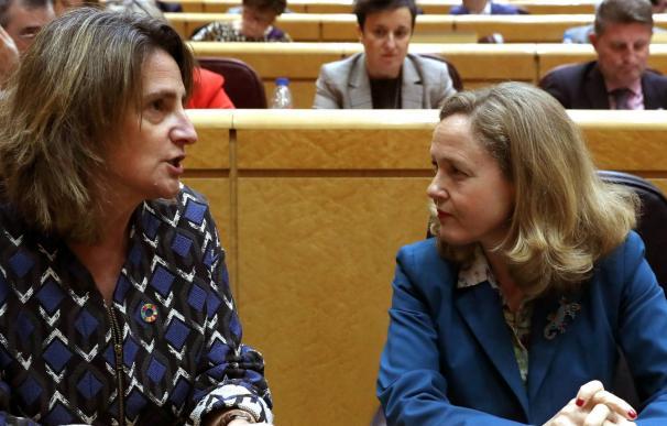 Las vicepresidentas de Asuntos Económicos y Transición Ecológica, Nadia Calviño y Teresa Ribera.