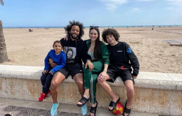 Marcelo Vieira con su familia en el paseo marítimo de la playa de La Malvarrosa de Valencia sin mascarilla.