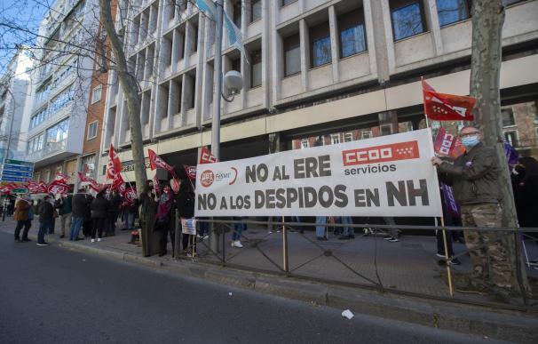 Varios trabajadores del hotel NH Madrid Príncipe de Vergara protestan a las puertas del mismo contra el ERE planteado por la cadena.