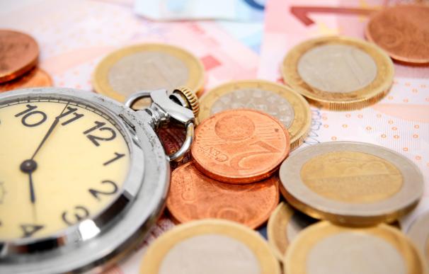 Dinero, euros, reloj