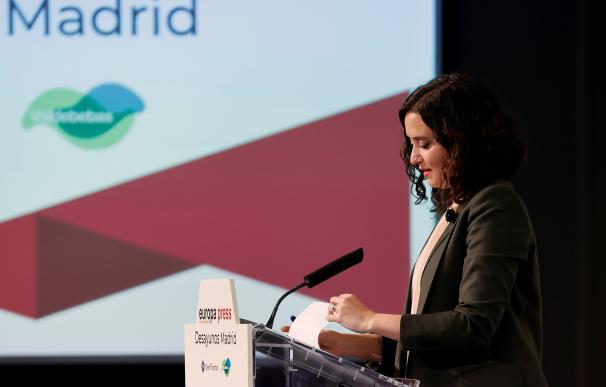 Isabel Díaz Ayuso, pronuncia un discurso mientras asiste a un desayuno informativo, en Madrid.