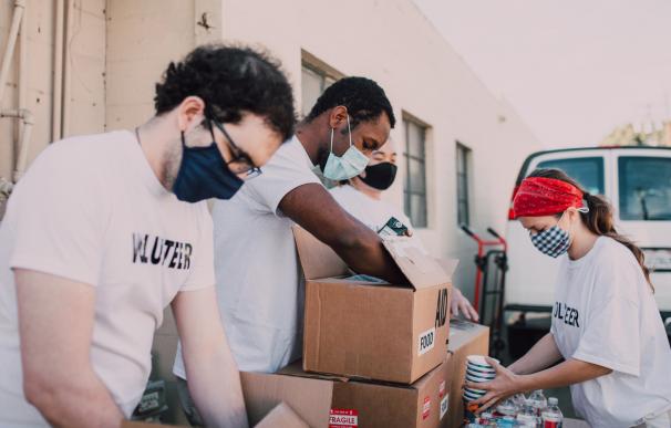 Voluntarios de una ONG repartiendo alimentos.