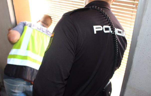 Agente de policía Agentes de la Policía Nacional han detenido a dos personas por vender sustancia estupefaciente a los internos de una clínica de salud mental de Madrid, ha informado este martes la Jefatura Superior de la Policía de Madrid en un comunicado. SOCIEDAD POLICÍA NACIONAL