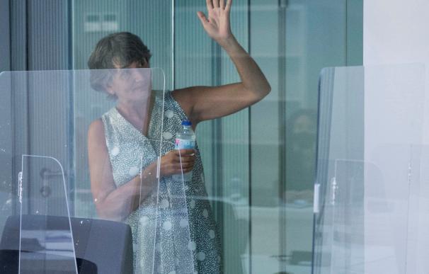 La exjefa de ETA María Soledad Iparragirre, alias 'Anboto' y una de las voces del video que anunció la disolución de la banda terrorista, saluda minutos antes del comienzo del primero de los 12 juicios que tiene pendientes en España, después de que fuera entregada por Francia el año pasado tras cumplir allí casi 20 años de prisión. En Madrid, (España), a 8 de julio de 2020. 08 JULIO 2020;ETA;ETARRA;MARIA SOLEDAD IPARRAGIRRE;ANBOTO;MADRID Pool (Foto de ARCHIVO) 8/7/2020