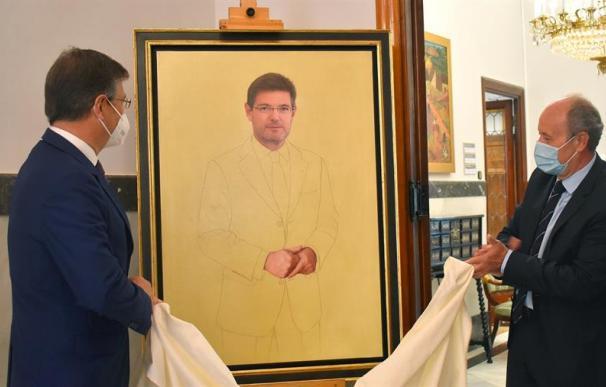 El exministro de Justicia Rafael Catalá (i) ha acudido esta mañana al acto de desvelo y posterior colocación de su retrato oficial en la galería de los ministros,