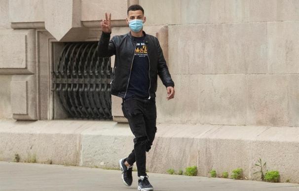 Uno de los acusados llega este miércoles a la Audiencia de Barcelona