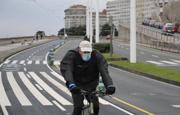 Una persona corre en solitario y con mascarilla un día después de la entrada en vigor de la normativa que obliga a los deportistas a hacer deporte al aire libre con mascarilla y sin compañía en Galicia, en A Coruña, Galicia.