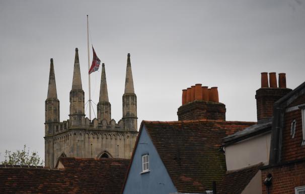 La bandera británica se iza a media asta en Windsor por la muerte del príncipe Felipe.