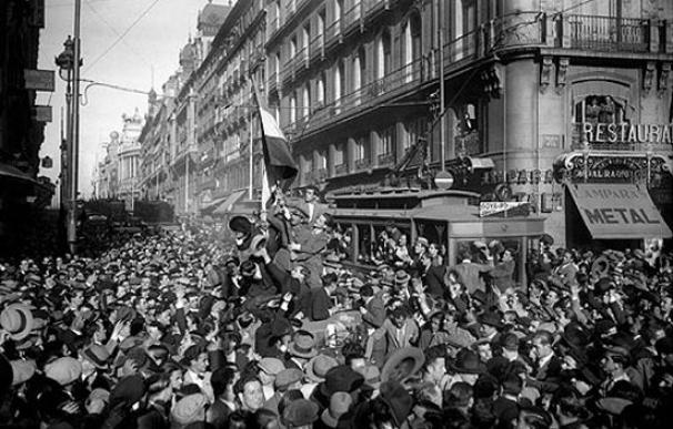 El pueblo de Madrid se echa a la calle para celebrar la proclamación de la Segunda República.