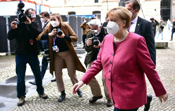 Berlin (Germany), 11/04/2021.- German Chancellor Angela Merkel (R) arrives for a closed-door meeting of the faction of CDU and CSU in Berlin, Germany, 11 April 2021. The joint faction of Christin Democratic Party and Christian Social Union (CDU/CSU) are meeting in a closed-door session. (Alemania) EFE/EPA/CLEMENS BILAN