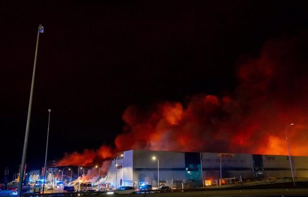 13/03/2021 Incendio en tres naves industriales de Seseña. El Gobierno de Castilla-La Mancha ha tomado la decisión de no abrir tres centros de la localidad de Seseña debido al humo del incendio originado en la tarde de este martes y que se prevé se prolongue a lo largo de todo el miércoles. POLITICA EUROPA PRESS / DAVID CASERO - MOSS VOODO