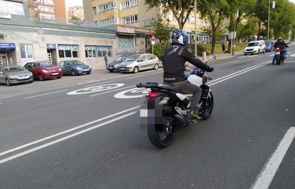 Señales de limitación a 30 km/h pintadas en la calzada en Bilbao