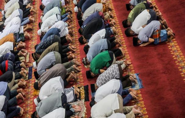 Musulmanes indonesios durante las oraciones vespertinas en la primera noche del Ramadán