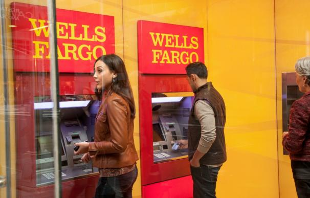 Cajeros de Wells Fargo en California.