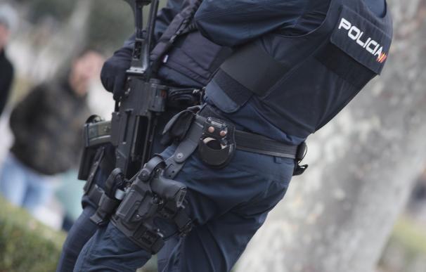 Dos agentes de policía