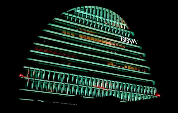 El edificio La Vela de BBVA iluminado de color verde. BBVA (Foto de ARCHIVO) 5/3/2021