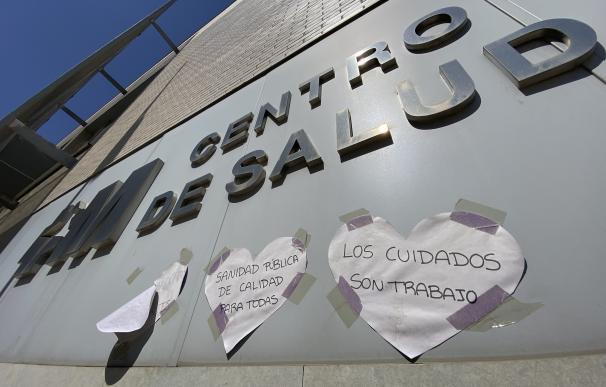 Carteles de agradecimiento colocados en el Centro de Salud Las Margaritas, a 5 de abril de 2021, en Getafe (Madrid). Las Margaritas, en Getafe, es una de las cinco nuevas zonas básicas de salud donde la Comunidad de Madrid impone restricciones a la movilidad desde este lunes para combatir la expansión del coronavirus ante los datos registrados. 05 ABRIL 2021;MARGARITAS;CENTRO SALUD;GETAFE;ZBS Eduardo Parra / Europa Press 5/4/2021