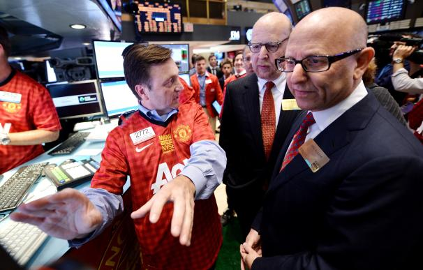 Joel (I) y Avram Glazer (C), propietarios del Manchester United