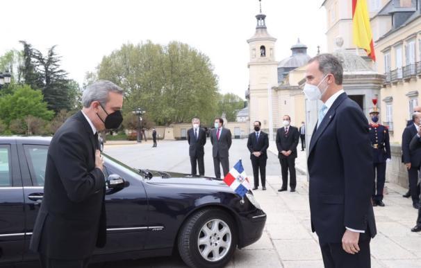 El rey recibiendo al presidente de República Dominicana