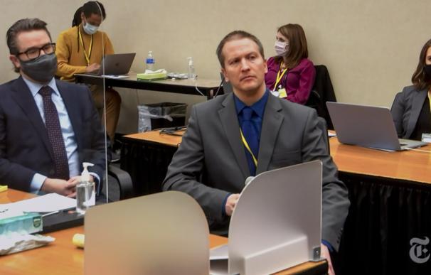 Derek Chauvin (derecha) junto a su abogado en el juicio por el asesinato de George Floyd. POOL VIDEO VIA COURT TV / NY TIMES / ZUMA PRESS / CO 15/4/2021 ONLY FOR USE IN SPAIN