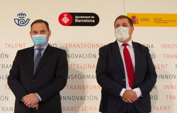 El ministro de Fomento, José Luis Ábalos, y el presidente de Correos, Juanma Serrano.
