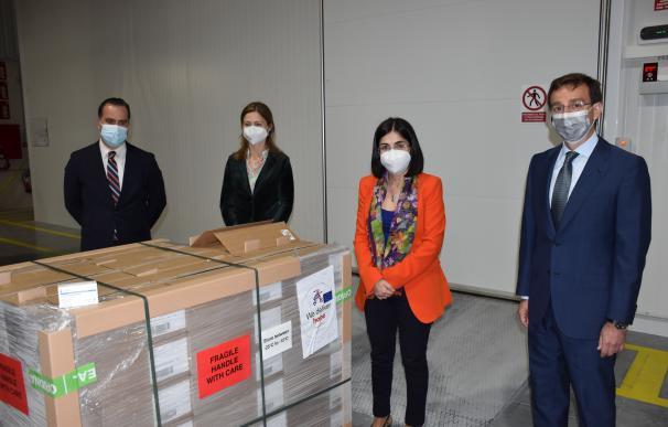 La ministra de Sanidad, Carolina Darias junto con un paquete de vacunas
