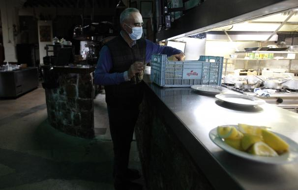 Un hostelero trabaja en un restaurante