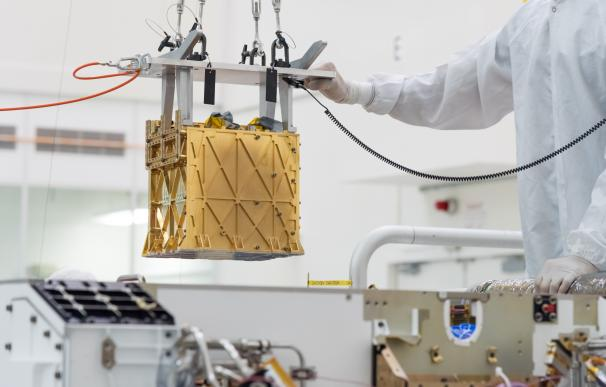 Pasadena (United States), 20/03/2019.- A handout photo made available by the NASA shows the technicians in the clean room lowering the Mars Oxygen In-Situ Resource Utilization Experiment (MOXIE) instrument into the belly of the Perseverance rover, in the cleanroom at NASA's Jet Propulsion Laboratory, in Pasadena, California, USA, 20 March 2019 (issued 22 April 2021). NASA on 22 April 2021 announced the MOXIE aboard the Perserverance rover on planet Mars has for the first time produced oxygen from the carbon dioxide atmosphere on Mars. (Estados Unidos) EFE/EPA/R. Lannom/NASA/JPL-Caltech HANDOUT HANDOUT EDITORIAL USE ONLY/NO SALES