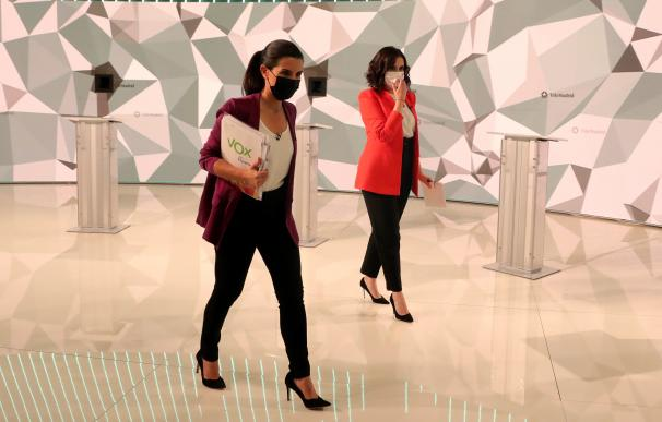 La candidata del Partido Popular a la presidencia de la Comunidad de Madrid, Isabel Díaz Ayuso (d), y la candidata de Vox, Rocío Monasterio, tras el debate electoral que los seis líderes de los principales partidos políticos madrileños celebraron el miércoles en los estudios de Telemadrid.
