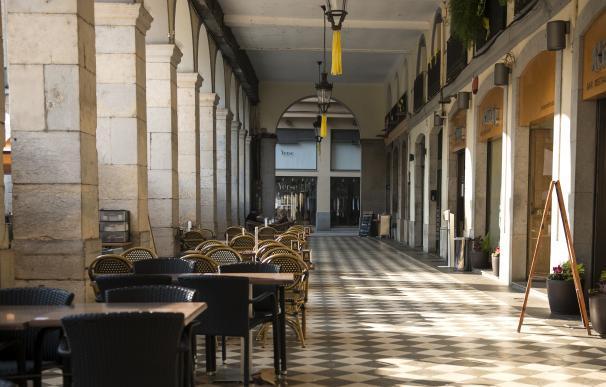 Ambiente vacío en una terraza ubicada en Girona, Cataluña.