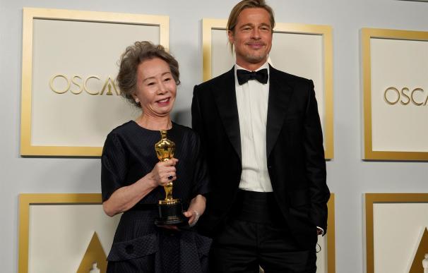 Brad Pitt entrega a Youn Yuh-jung el Oscar a mejor actriz de reparto