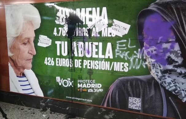 Cartel de Vox vandalizado