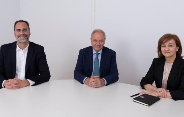 De izquierda a derecha: José María Huch, Chief Financial Officer de Atrys Health, Santiago de Torres, presidente de la compañía e e Isabel Lozano, CEO de la entidad