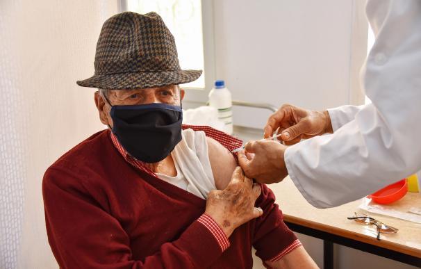 hombre poniéndose una vacuna