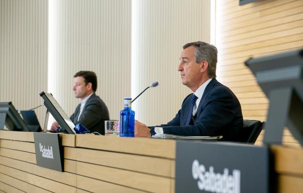 Leopoldo Alvear (i), director financiero, y César González-Bueno, consejero delegado de Banco Sabadell.