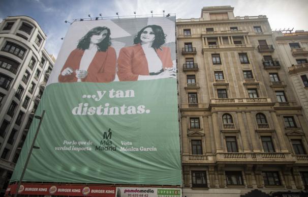 Más Madrid despliega una lona gigante en Gran Vía con Mónica García y Ayuso
