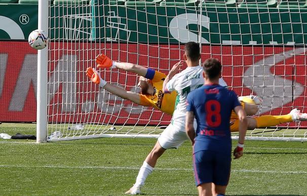 guardameta esloveno del Atlético de Madrid, Jan Oblak, intenta detener el penalti lanzado por el centrocampista del Elche, Fidel Chaves.