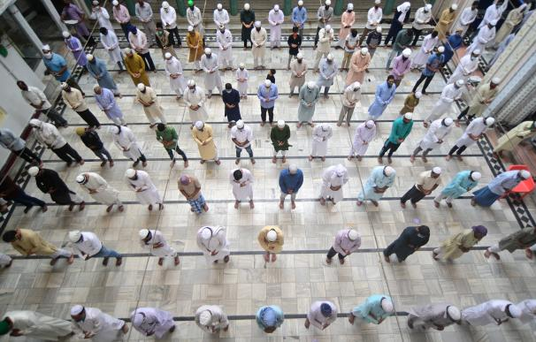 Varios musulmanes rezan distanciados en la mezquita de Washi Ullah en Allahabad, en la India.