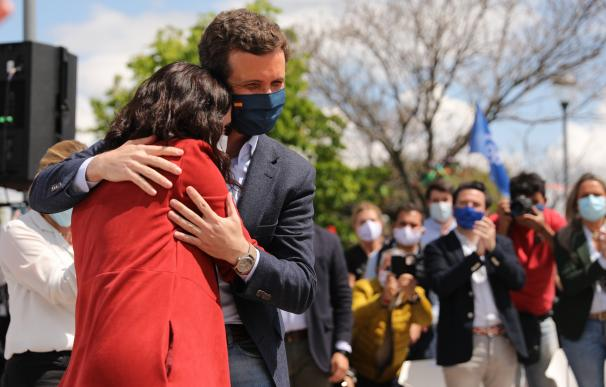 El presidente del PP, Pablo Casado y la presidenta de la Comunidad de Madrid, Isabel Díaz Ayuso, se abrazan durante un acto electoral.