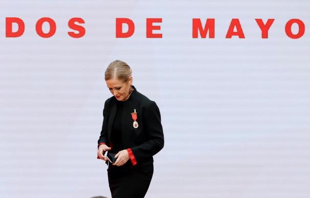 La expresidenta de la Comunidad de Madrid Cristina Cifuentes tras recibir la Medalla de Oro de manos de la presidenta, Isabel Díaz Ayuso.